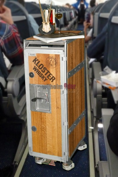 Airline Trolley mit Whiskydauben belegt - Whiskybar